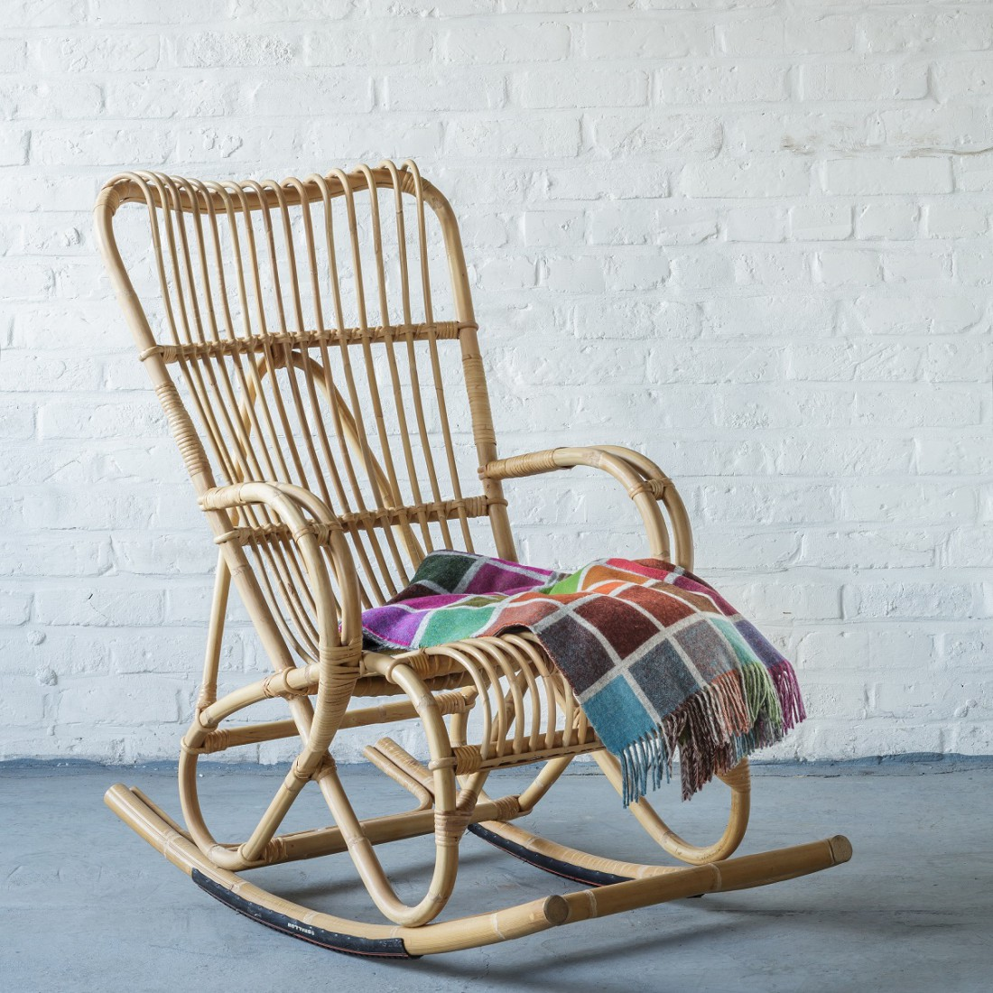 Rocking chair en rotin tendance jungle
